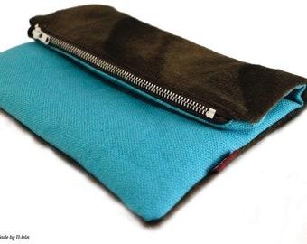 Foldover-Clutch türkis-braun, aus türkisfarbenem Canvas und braunem Fell-Imitat