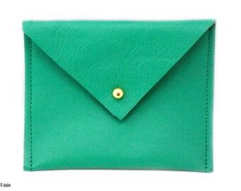 Grünes Mini-Täschchen aus Leder, in Umschlagform mit goldfarbenem Kugelknopf, ideal für Visitenkarten, Kundenkarten etc.