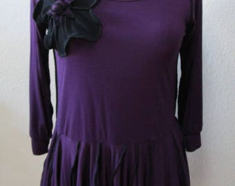 Dark purple color with 3/4 sleeves Top with 1 black rose decoration and ruffled edging plus made in USA (vn67)