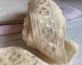 Antique Lace, Vintage Wool tape Lace, Cream Shelf Edging/ Antique Dolls & Furnishing Decor - Something Old - Sewing Fun / 2m