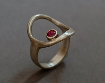 blue sapphire (or ruby) in a cirlce ring in sterling silver