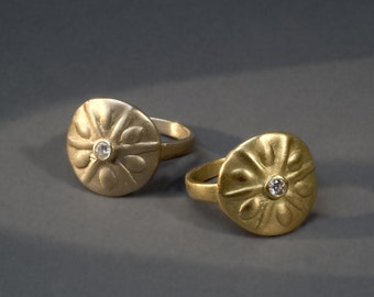 sand dollar 18K gold ring with a diamond