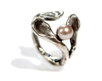 "a ""hug"" ring in oxidized sterling silver with fresh water pearl"