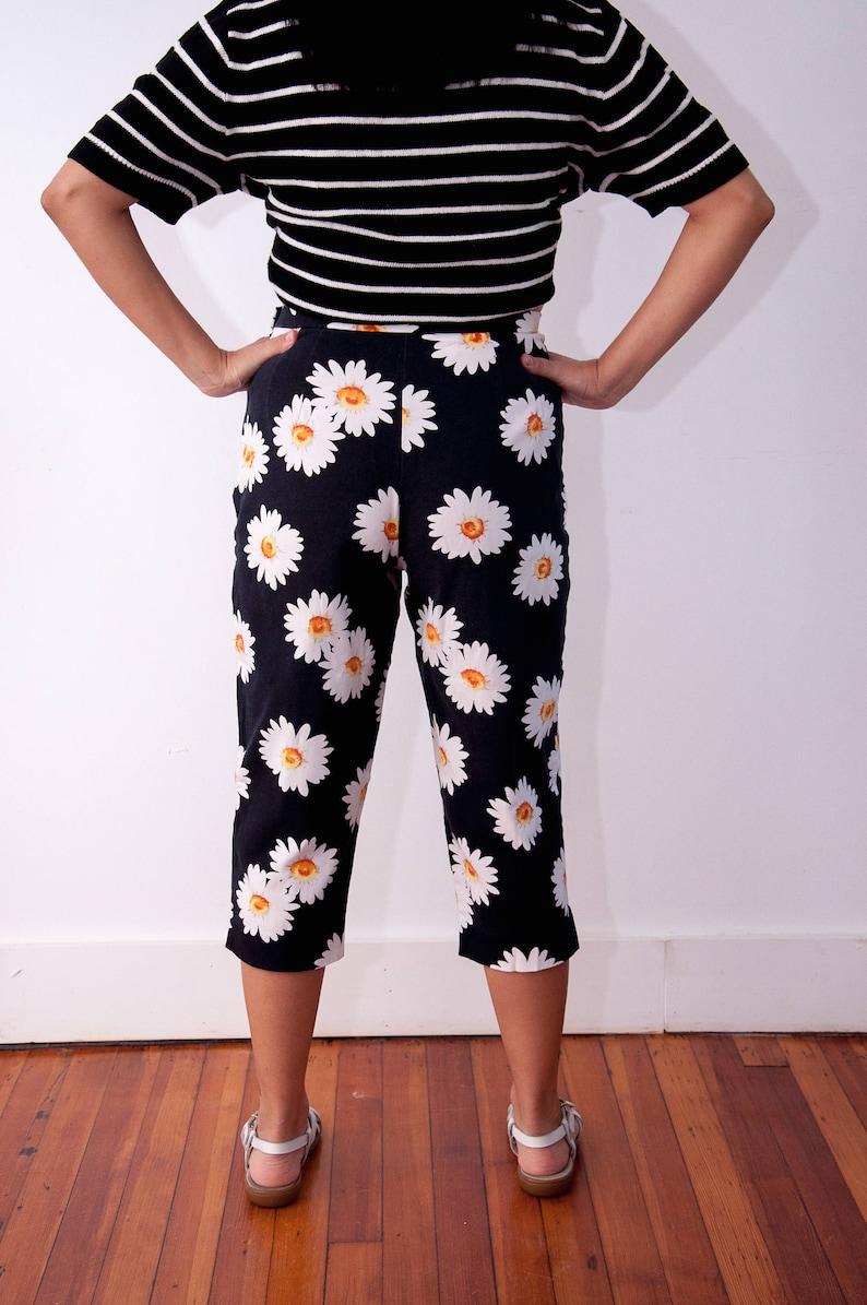 Briggs Petite Size 8P Vtg Daisy Shorts Daisy Pattern Capris 90s Daisy Fashion Black Capris with Flower Print Vintage Daisy Pants