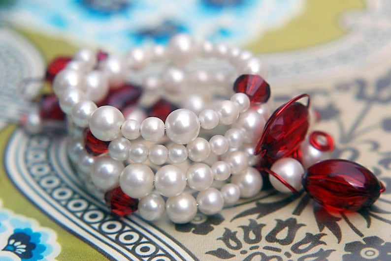 Bracelet Vintage White Faux Pearl and Red Tomato Puree Acrylic image 0