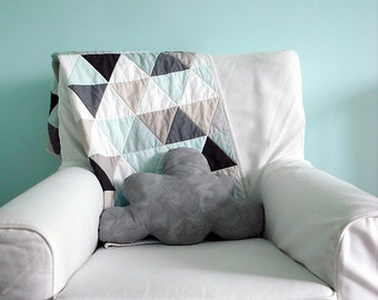 Modern Geometric Baby Quilt in Mint and NeutralColor Triangles for Boy or Girl – Reversible