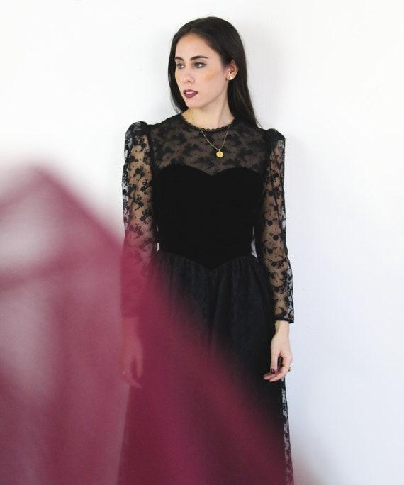 80s black velvet and lace long sleeve Sweetheart d