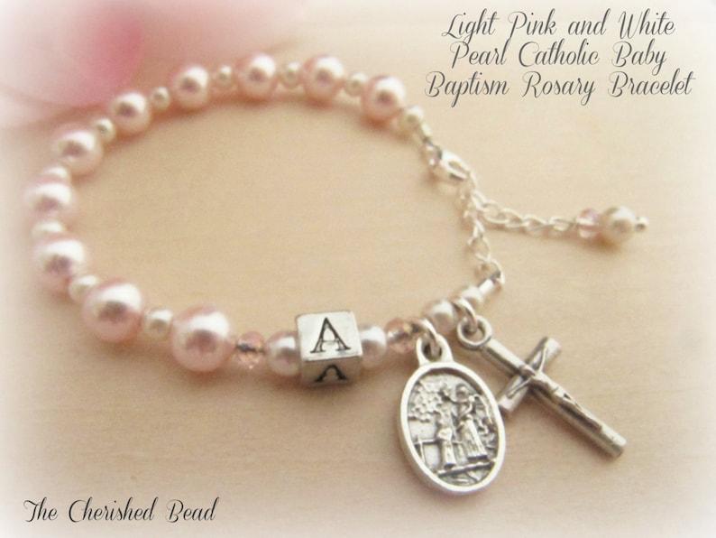 e78a27a2927 Pulsera perla Rosario personalizado bautismo rosa claro y