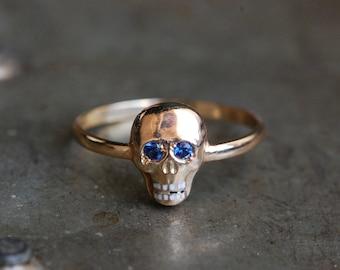 Antique 1810s Georgian memento mori skull ring with sapphire eyes and enamel teeth