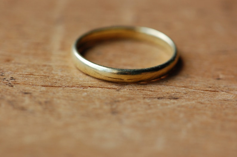 Antique 1910s 18K wedding band with engraved date image 0
