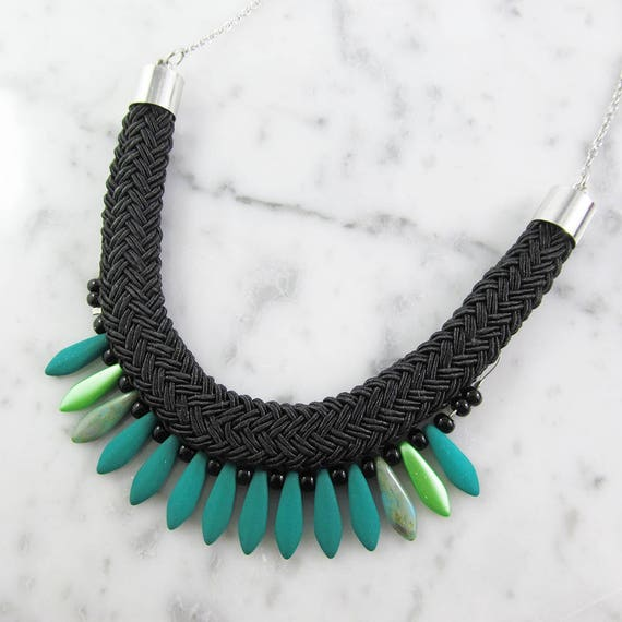 Ajustable necklace on stainless silver chain, green and glass beads and black seed bead on braided polyester cord, les perles rares