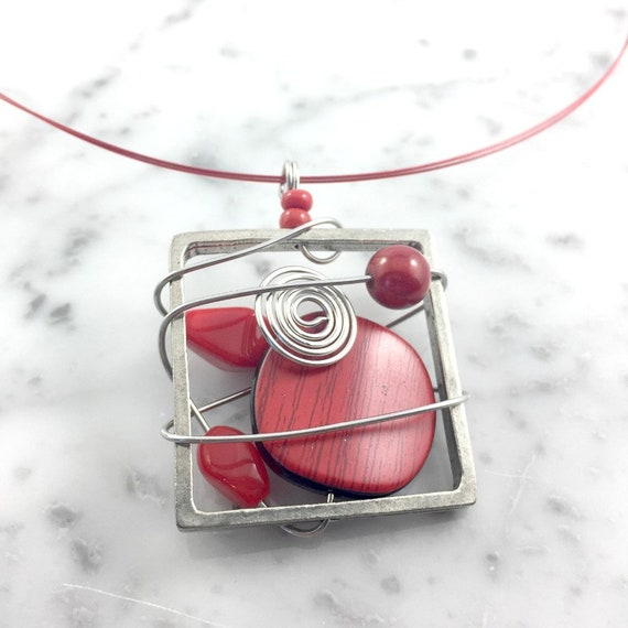 Square metal stainless necklace colors, red, beads pewter and stainless steel tiger tails, les perles rares