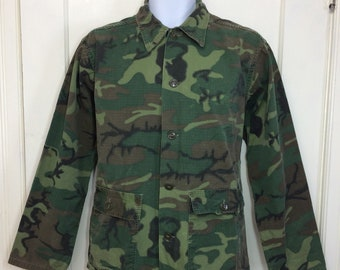 1960s Vietnam War era military cotton ripstop camouflage field jacket size small faded 2 pocket brown buttons camo fatigues #145