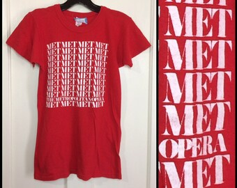 1970s Metropolitan Opera Lincoln Center New York City t-shirt size small, looks XS 15x23 red cotton music arts the Met