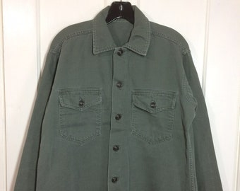 1960s US Military field utility Army shirt looks size medium olive green soft faded cotton Vietnam War era #136