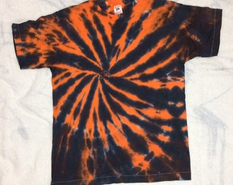 1980s tie dye t-shirt size medium 19x25 cotton made in USA single stitch orange black blue Fruit of the Loom blank tee boho hippie grunge