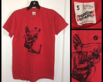 1983 New York artist Carlo Pittore drawing clown circus jester joker juggler harlequin art print t-shirt size small red 16x23 Screen Stars