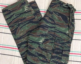 deadstock 1970s tigerstripe camouflage 6 pocket field combat trousers size medium 32x32 Talon zipper camo NOS #153
