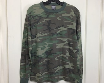 1980s camouflage long sleeve t-shirt looks size medium 18x24 army green faded US Army military fatigue camo