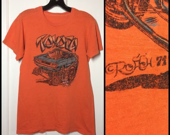 destroyed distressed Vintage 1970's Toyota Hot Rod Drag Race Car T-shirt looks size Small 17x25 orange artist Roach 1971 Japanese very used