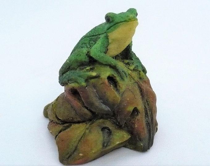 Realistic Looking Vintage Tree Frog on Leaves Miniature Resin Figurine