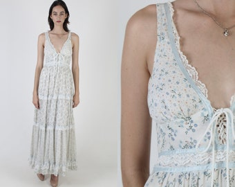 Vintage 70s Gunne Sax Dress / Long Tiered Boho Wedding Dress / White Blue Garden Flowers Prairie Print / Bouquet Corset Calico Maxi Dress