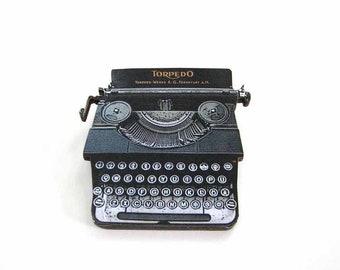 Gatsby's typewriter - vintage Torpedo typewriter pin / brooch