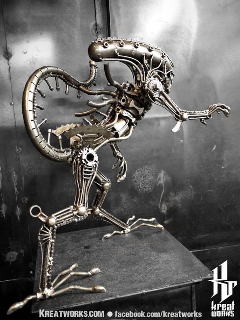 Metallskulptur-Recycled Metall Standing Monster: Schwanz