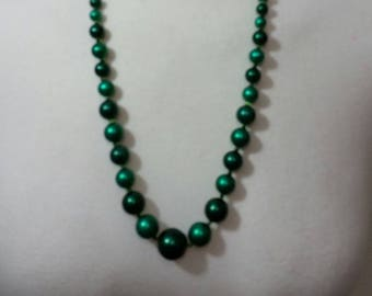 Vintage 70's green variegated  Faux pearl necklace