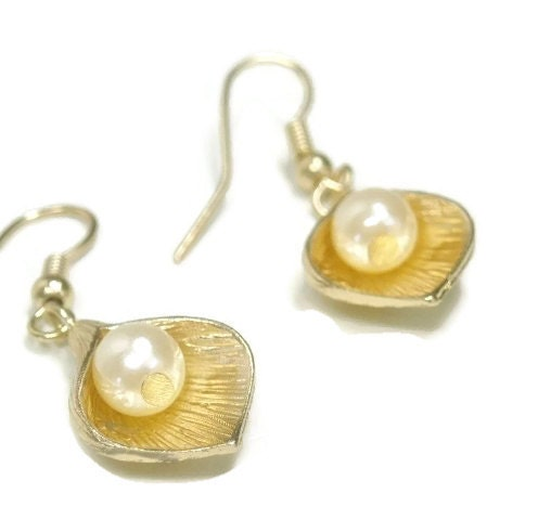 Sale|,Flower,Dangle,Earrings,-,with,Pearl,Gold,Boho,Mothers,Day,Jewelry,Bridal,Wedding,Bridesmaid,Dainty,Lil,dangle_earrings,drop_earrings,lily_earrings,flower_with_pearl,gold,floral_jewelry,mother's_day,wedding_jewelry,bridesmaid,bridal_bride,dainty_earrings,boho_bohemian,black_friday_cyber_m,gold plate lily,synthetic pearl,gold plate earwires