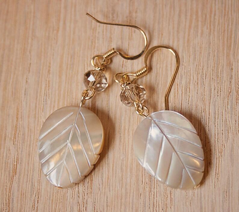 22908b273b40 Hoja hecha a mano aretes hojas perla marfil pendientes