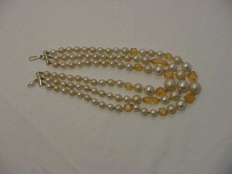 Vintage White /& Peach Plastic Bead Three Strand Necklace  19-375