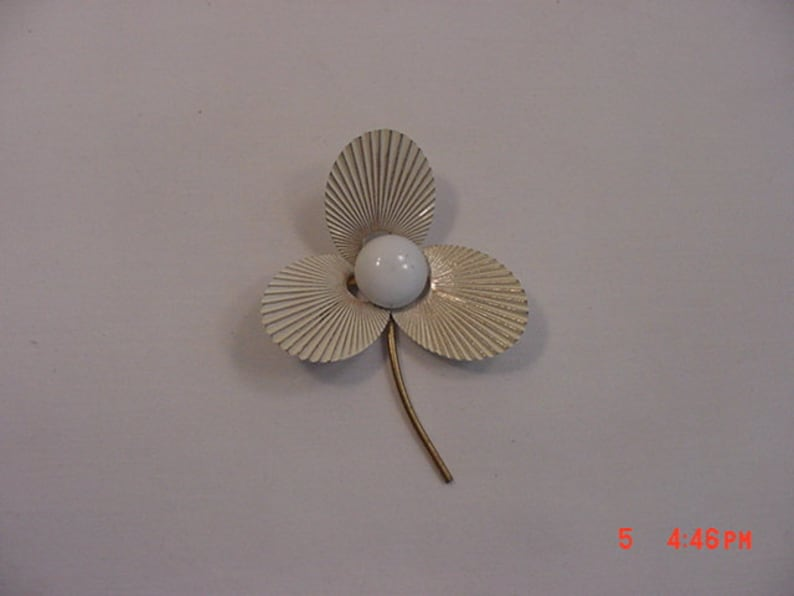 669b9d10ae9ea Vintage White With Gold Stem Enameled Flower Brooch 18 - 566