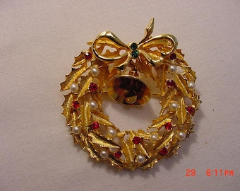 Vintage Rhinestone & Faux Pearl Christmas Wreath With Jingle Bell Brooch  17 - 942