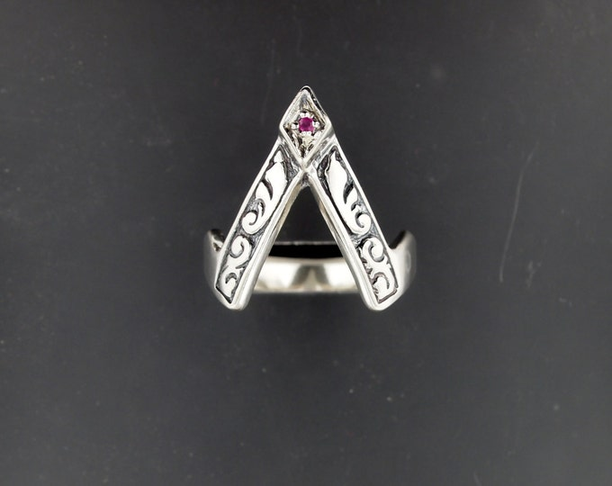 Vintage V style Ring with Gemstone in Sterling Silver