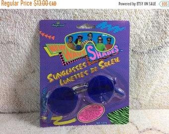 344135a23c9970 VENTE Vintage New Wave nuances 1992 jouets Imperial Hong Kong rétro enfants lunettes  de soleil Hippy tons Halloween Costume en plastique bleu