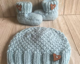 64d3d8c9e225 Baby hat and booties