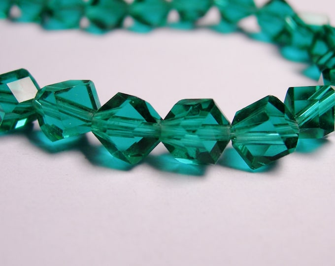 Crystal faceted cube  -  70 pcs - full 20 inch strand - 6 mm - A quality - emerald green - corner drill