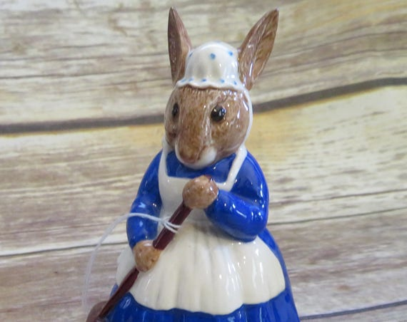 Royal Doulton Bunnykins Mrs. Bunnykins Clean Sweep 1977 Figurine Free Shipping US