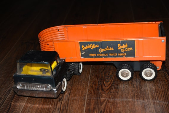 Structo Omalass Scotch Block Hydraulic Truck in Green & Orange Great Graphics on this Vintage all Metal Toy! 1960s