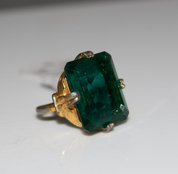 Vintage Chunky Glass Stone Costume Ring 1950-60s Gold Tone Emeral Green Colored Stone Size 6.5