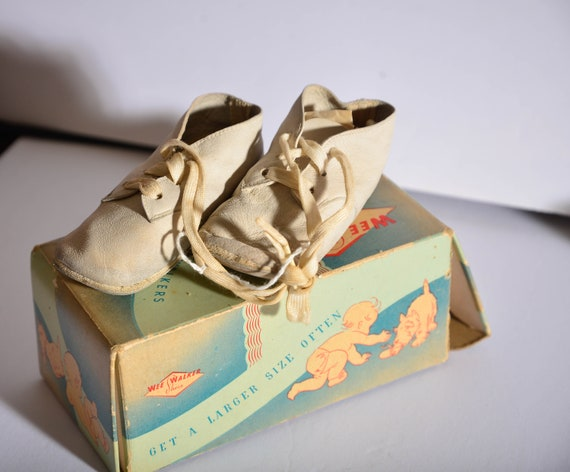 Vintage Leather Wee Walkers baby shoes With original box.  white leather babie shoes