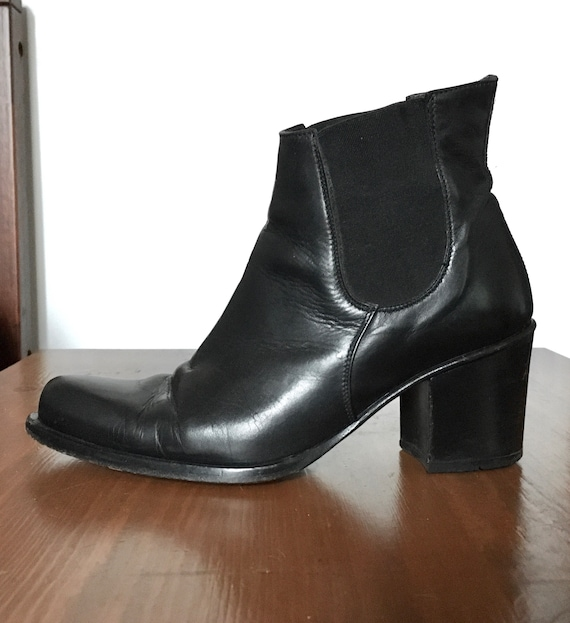 Size 5.5 vintage 90s Guess black leather ankle boo