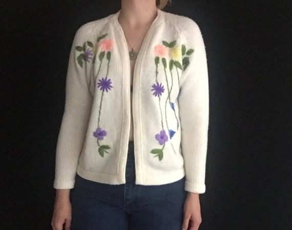 Embroidered Cardigan | 50s vintage open chunky knit warm long sleeve IVORY kitsch hipster flower symmetrical sweater small S medium M white