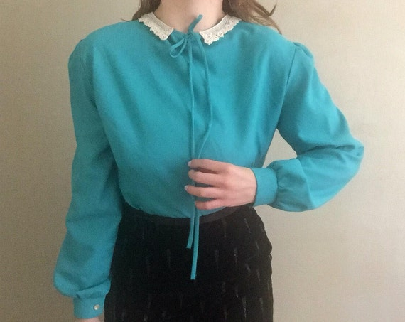 Teal Peter Pan Blouse | button down bishop sleeve polyester turquoise long sleeve bow tie crochet lace collar 80s vintage preppy shirt top M