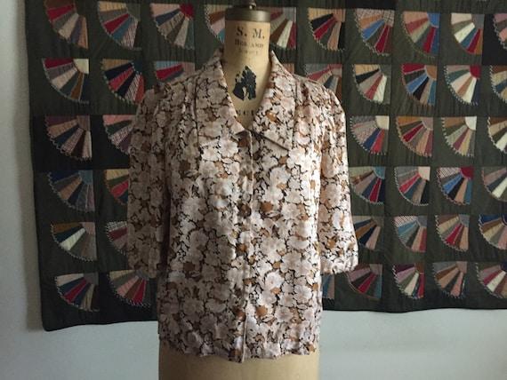 Neutral Floral Button-Up | L/XL poet sleeve v neck collar large // extra large preppy flower print 80s preppy vintage SHIRT