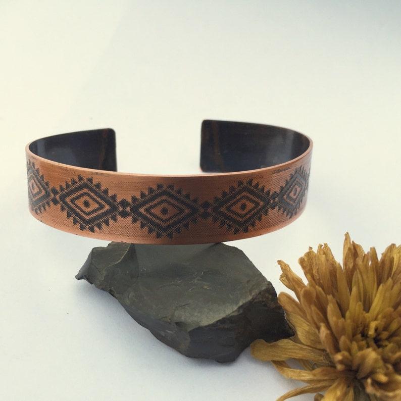 8e87d6b28db0 Sudoeste diseño Chevron Azteca cobre brazalete grabado diseño