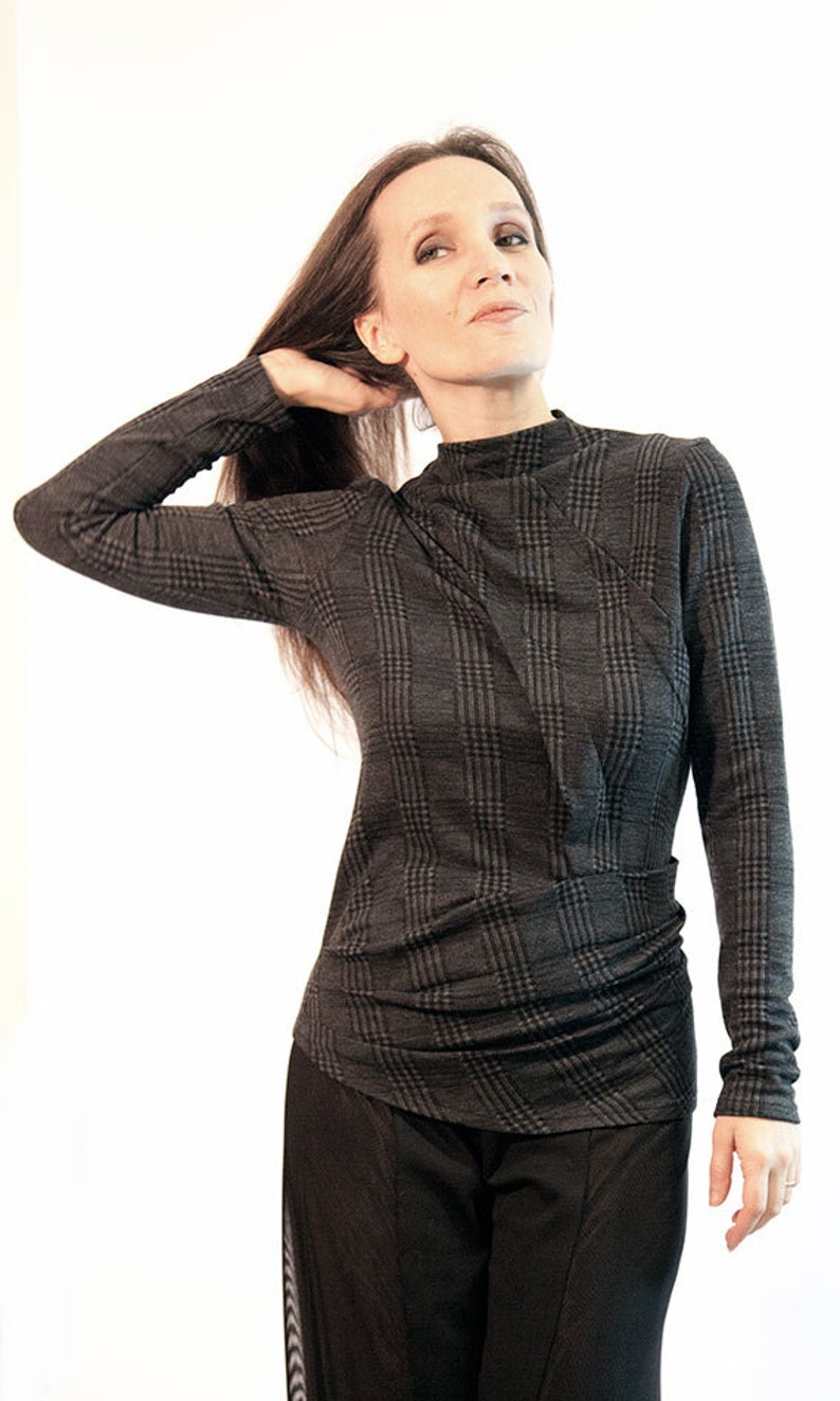 gray top patterned knit autumn blouse Made by: Anna Perena long sleved blouse Gray asymmetric blousetop item B-86