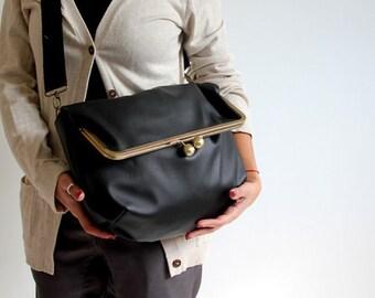 black kisslock messenger bag. black bag. messenger bag. black purse. retro bag. fold over. black handbag. vegan bag.