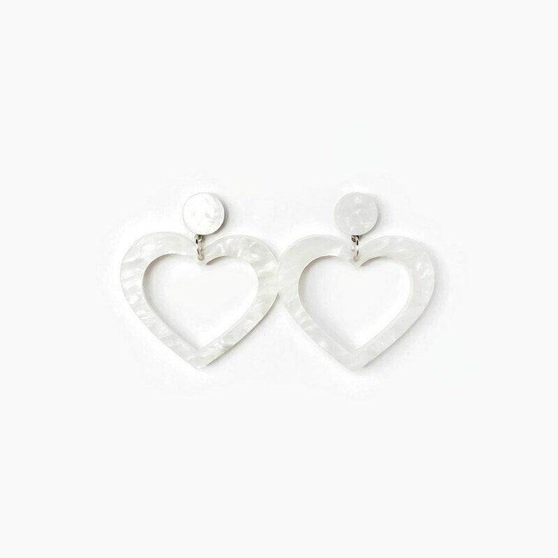 Cute White Pearl Vintage Inspired Earrings White Heart Hoop Earrings Womens Resin Heart Earrings Dangle Retro Valentine/'s Day Jewelry